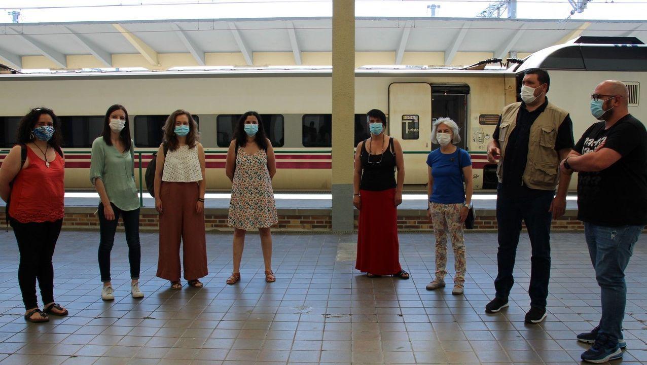 Olalla Rodil y Noa Presas, este lunes en la estación de Monforte, junto a otros candidatos del BNG