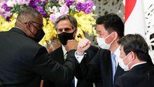 El secretario de Defensa de EE.UU. choca los codos con su homólogo japonés, ante el jefe de la diplomacia estadounidense