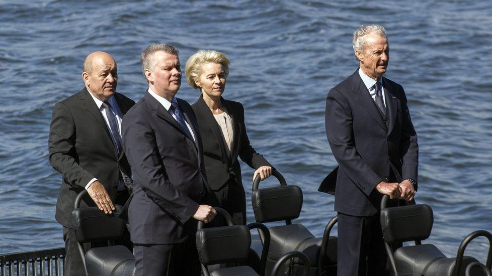 El rey preside por primera vez la entrega de despachos en Marín.Morenés, en los actos del 70 aniversario del asedio nazi a Lorient