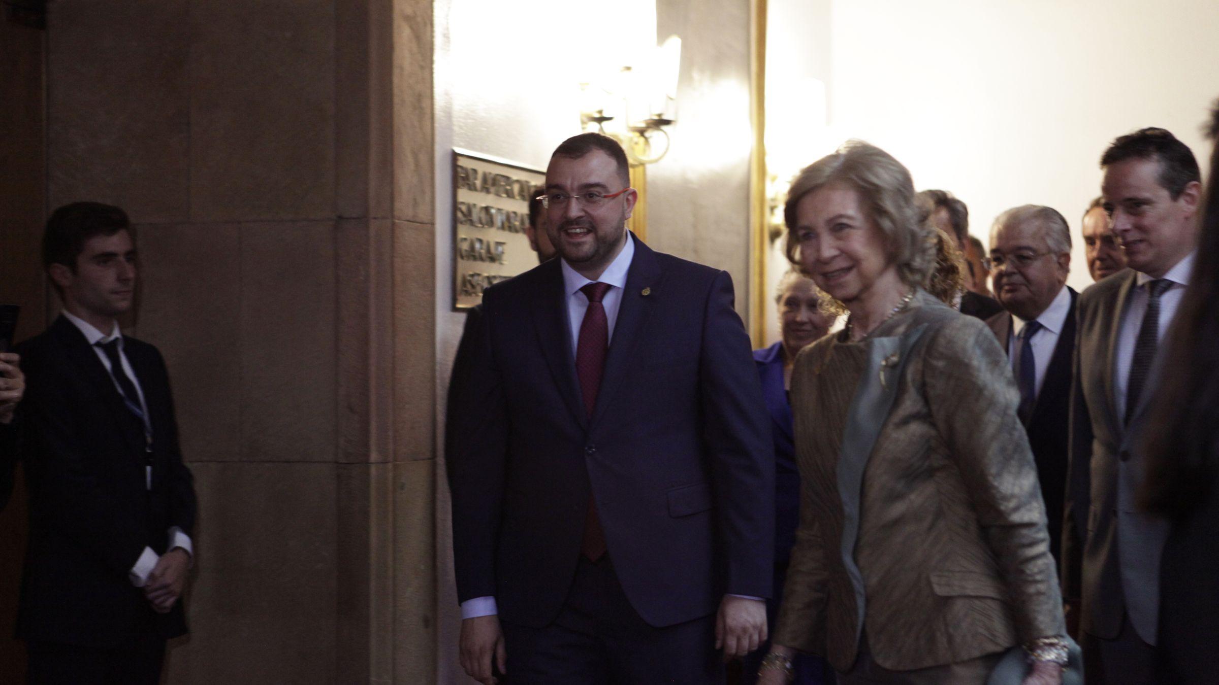 Los reyes, con los galardonados.Adrián Barbón y la reina Sofía en el hall del Reconquista durante los Premios Princesa de 2019