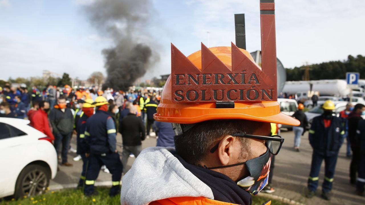 Trabajadores de la fábrica de aluminio de San Cibrao movilizándose ante la factoría