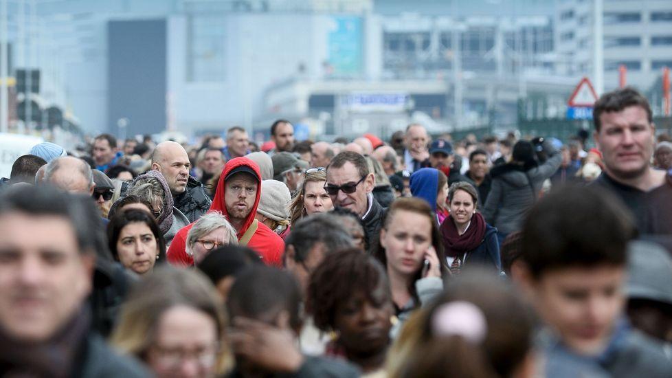 Tras los momentos de pánico vividos en el aeropuerto después del atentado, los pasajeros abandonaron las instalaciones a pie
