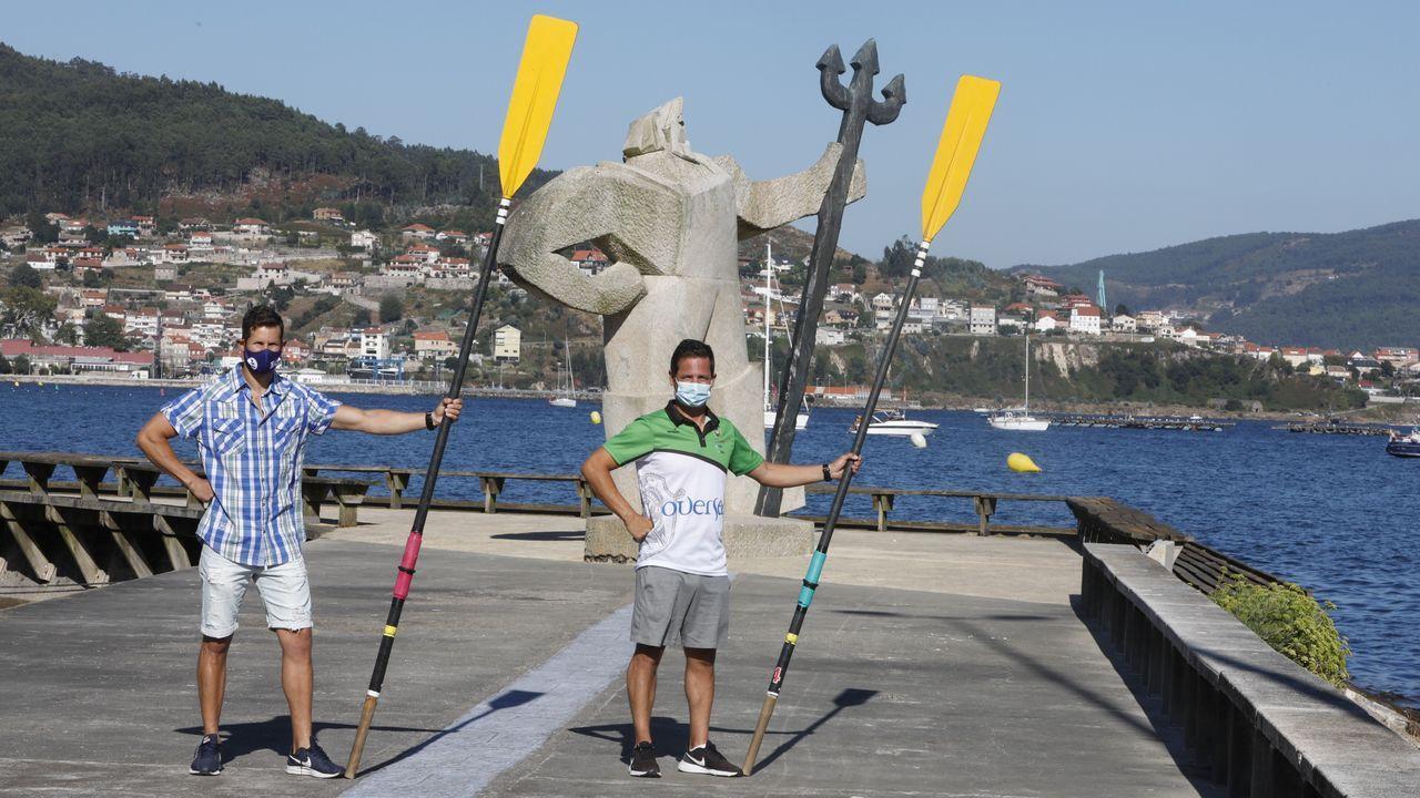Una regata de bateles disputada el año pasado en A Pobra