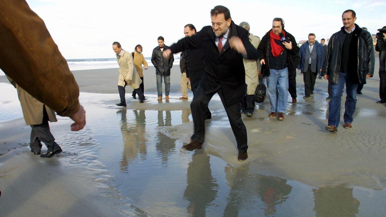 Visita de Rajoy, como ministro de Presidencia, a Caión para evaluar la situación tras el accidente del Prestige, en el 2003