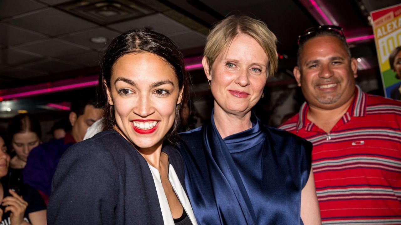 Una millennial, del Bronx y de origen latino gana las primarias demócratas en Nueva York.Putin entrega un balón a Trumo en lo que parece la recreación de la famosa escena de «El gran dictador»