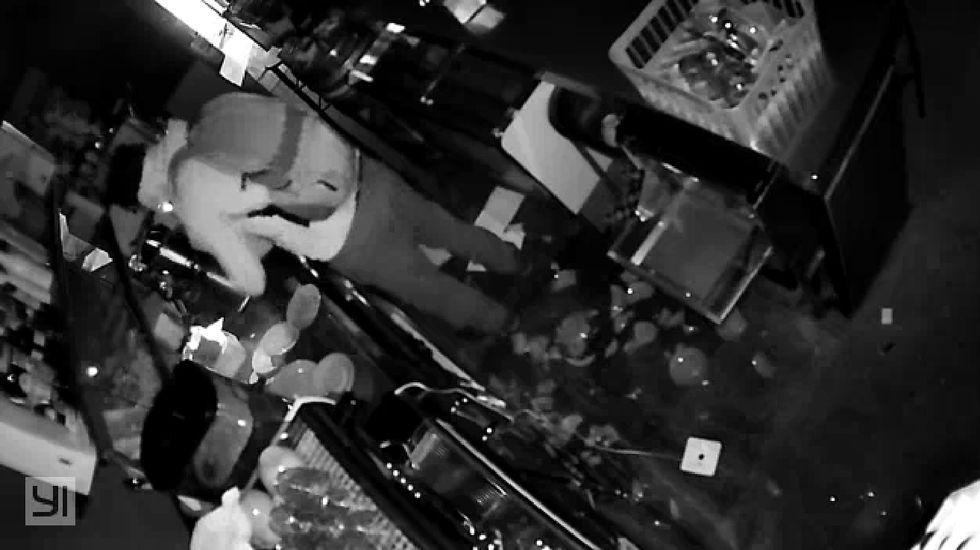Captura de una grabación de seguridad de uno de los robos que las fuerzas de seguridad atribuyen al sospechoso, en un bar de Taboada