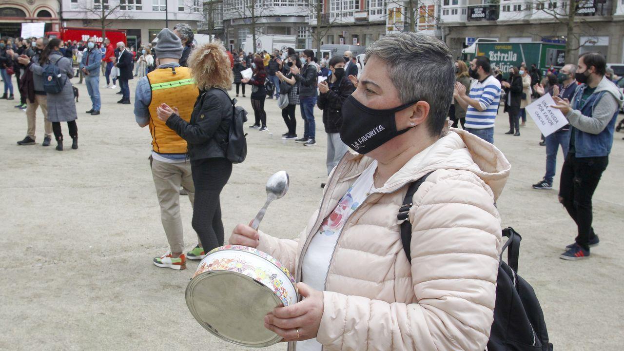 La hostelería pontevedresa clama por las ayudas.Hosteleros de A Coruña participaron en una cadena humana para llevar alimentos a la Cocina Económica