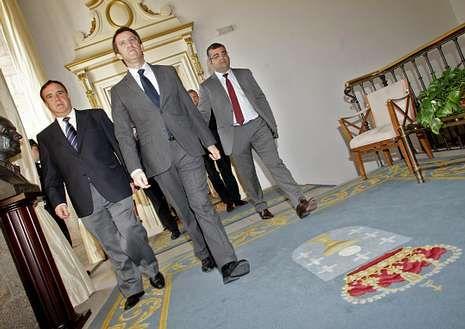 Día histórico en Raxoi. El 14 de marzo del 2012, Feijoo respaldó el inicio del proceso de fusión de Oza y Cesuras.
