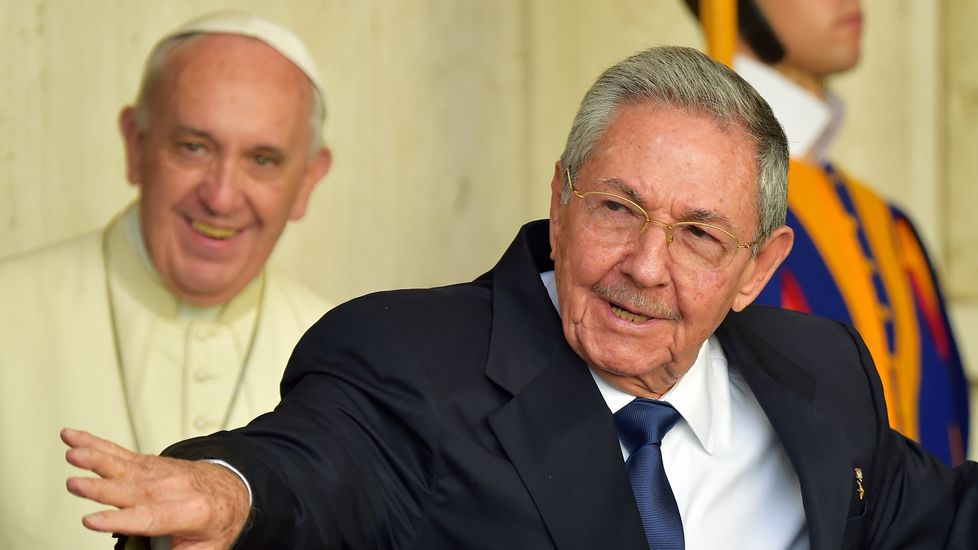 Raúl Castro le hizo al papa Francisco varios regalos.