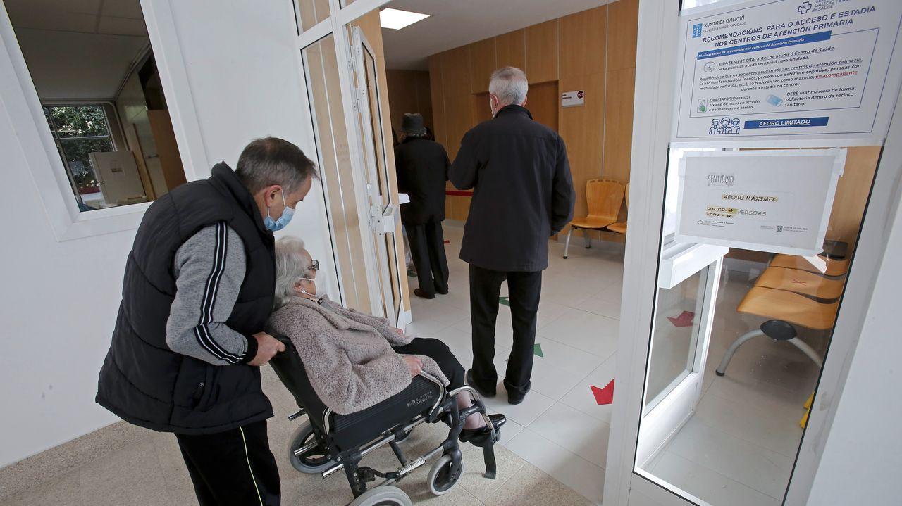 Primer día de vacunación contra el covid en mayores de 80 años en el centro de salud Virxe Peregrina de Pontevedra