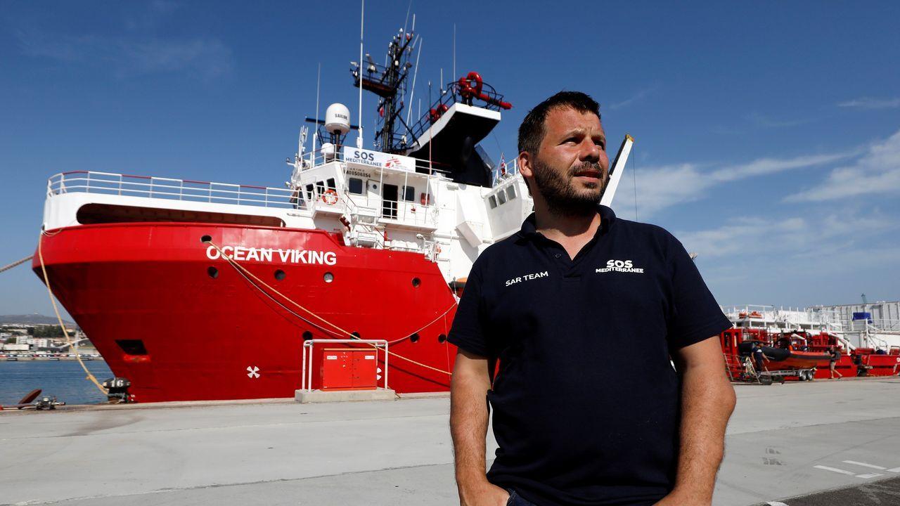 El Open Arms aguarda puerto seguro.De fondo, el nuevo barco de rescate Ocean Viking, junto al director de Sos Mediterranée, Frederic Penard