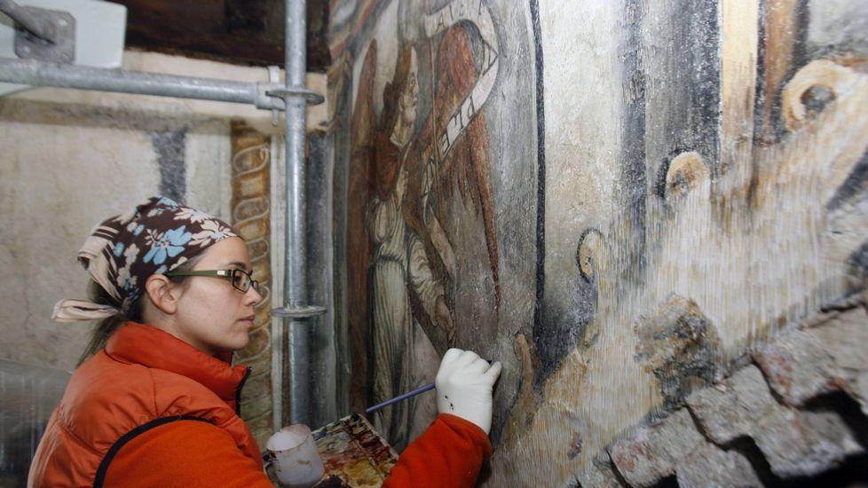 Un momento da terceira fase da restauración do conxunto artístico, que afectou ás pinturas do arco da igrexa