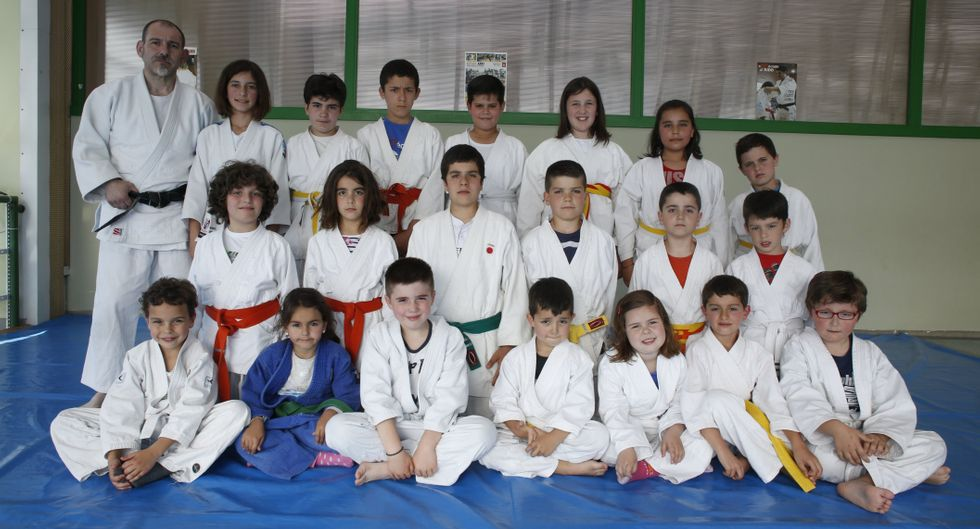 Parte de la cantera de jóvenes yudokas de la Asociación Deportiva Dom+ de Marín.