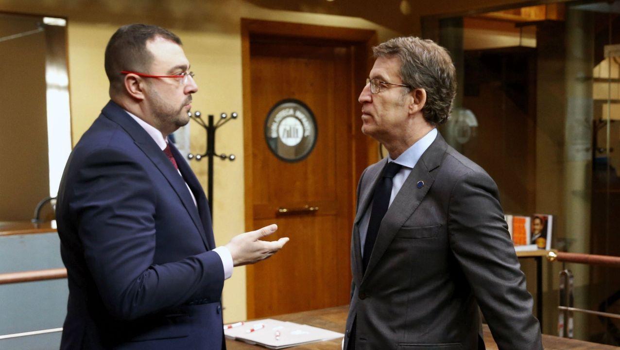 El presidente del Principado de Asturias, Adrián Barbón, con el presidente de la Xunta, Alberto Núñez Feijoo
