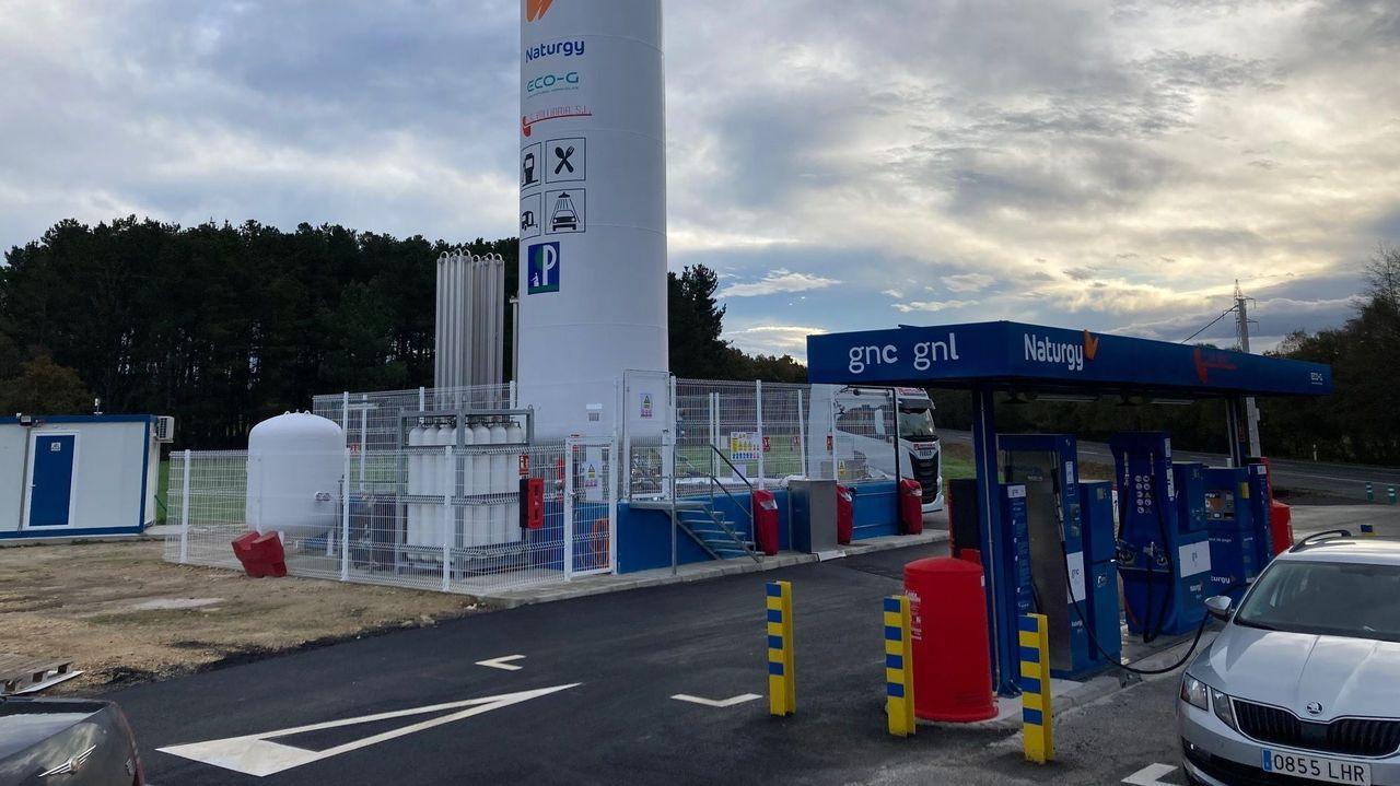 Los efectos de Dora en las carreteras lucenses.La gasolinera de Martiñán ya está preparada para este nuevo servicio