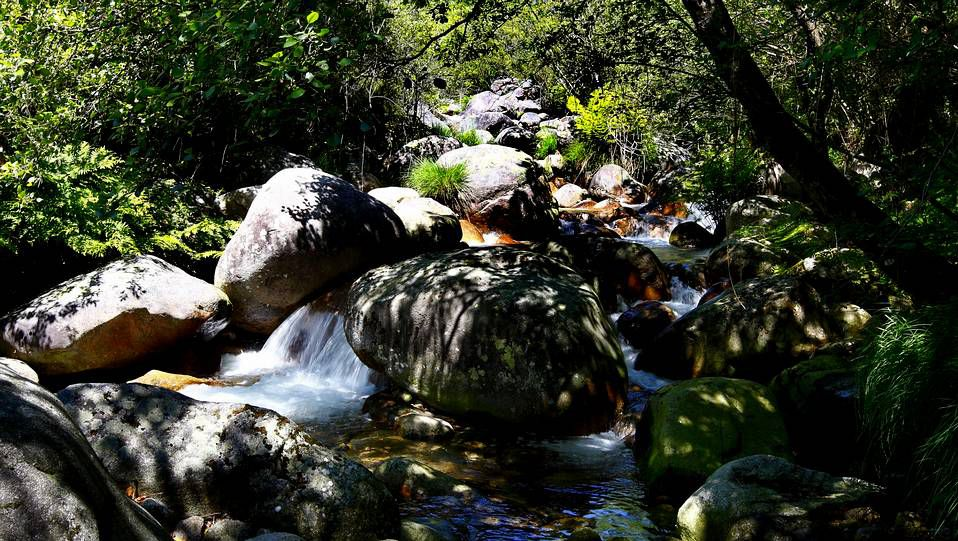 El parque natural de Xurés an la Baixa Limia ourensana, combina el agua con las caprichosas formas del granito, que predomina en el paisaje. Su alto valor ecológico ha valido el reconocimiento de la Unesco como reserva de la biosfera