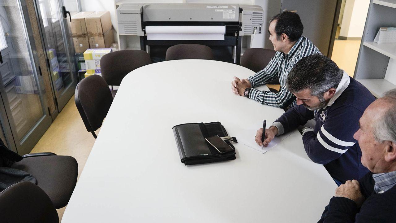 Ángeles Sousa, usuaria de la ayuda a domicilio, explica la importancia del servicio para ella.Miguel Caride, con Gonzalo Pérez Jácome