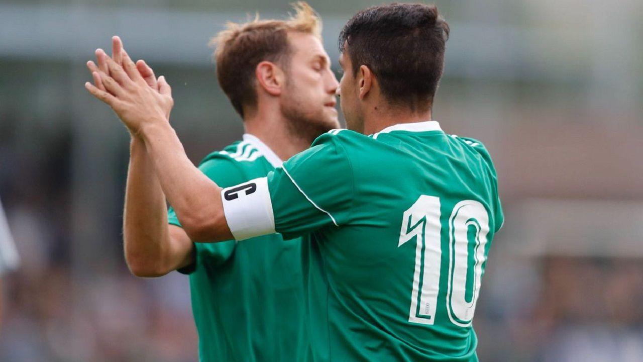 Saúl Berjón y Carlos Hernández celebran el gol al Vetusta