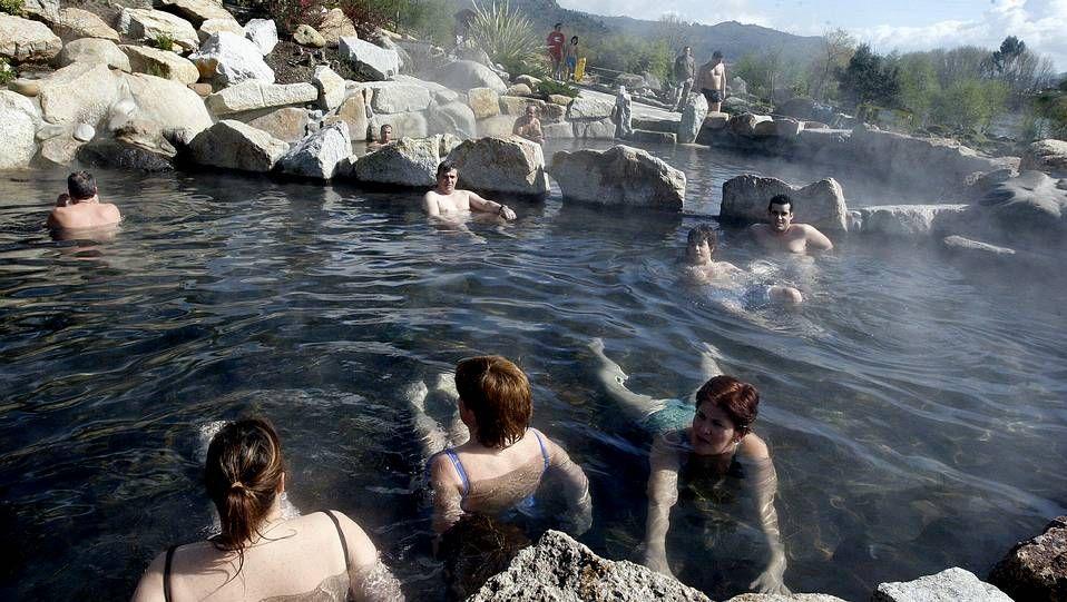 Las termas que encandilaron a los romanos en distintos puntos de la provincia de Ourense no tienen nada que envidiar a las de Islandia. El agua de estos manantiales de agua caliente son muy beneficiosas para el reuma o la artritis