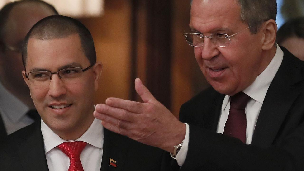 Los ministros de Exteriores de Venezuela (izquierda) y Rusia se reunieron ayer en Moscú