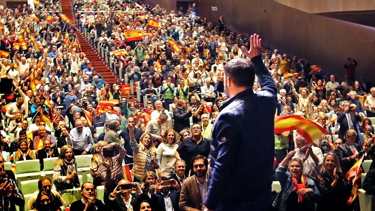 Santiago Abascal saluda a los asistentes al mitin de Vox celebrado en Vigo durante la campaña electoral del 10N