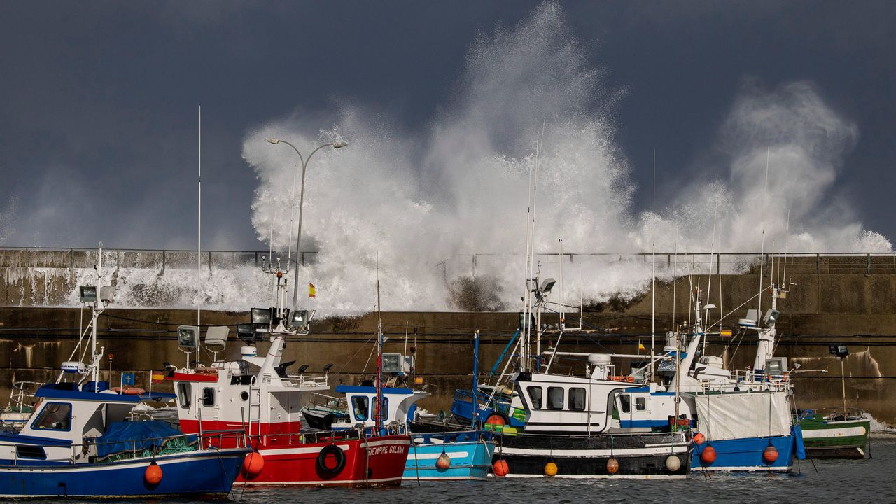 Las olas rompen contra el espigón de protección del puerto de Cudillero