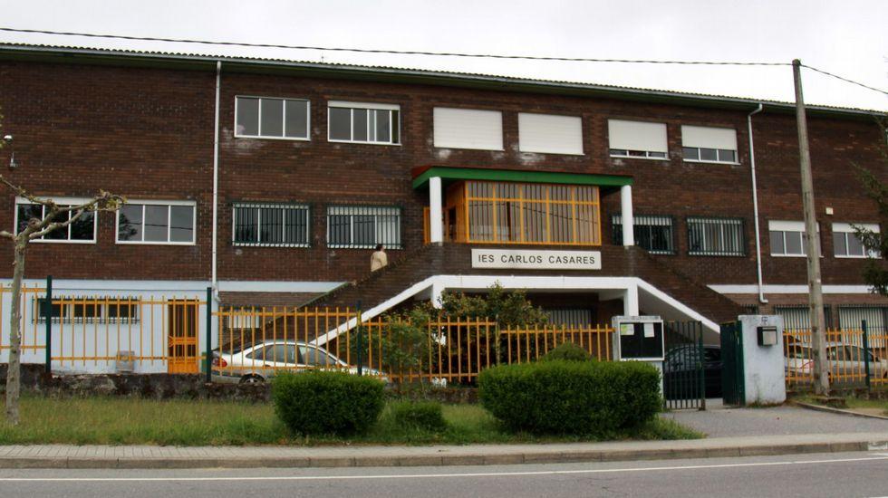 Viana do Bolo restitúe a memoria de Carlos Casares ao repudiar a súa expulsión da vila en 1970.Carlos Casares empezou a dar clase no IES de Viana do Bolo, que agora leva o seu nome