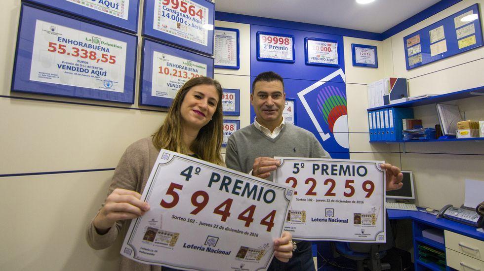 El dueño de la Administración de Lotería Nº25 de Santander, José Miguel Bezanilla, acompañado de su hija, Andrea Bezanilla, celebran haber vendido un quinto premio, el número 22259