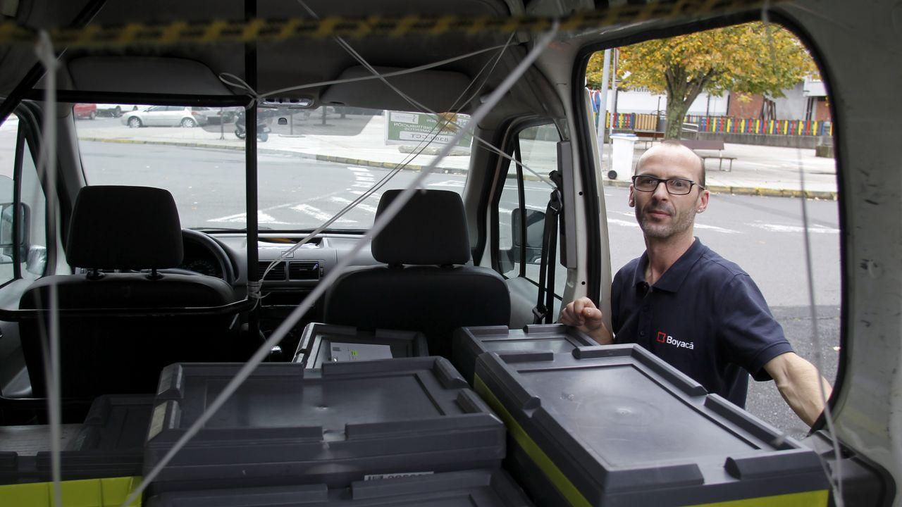 Óscar Veiga, junto al vehículo en el que realiza las tareas de reparto