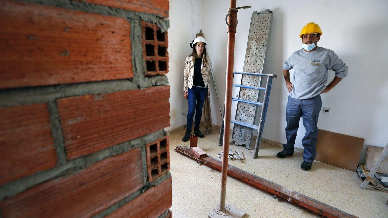 Francisco y Mariña, en el interior de una vivienda que están reformando en Vilanova