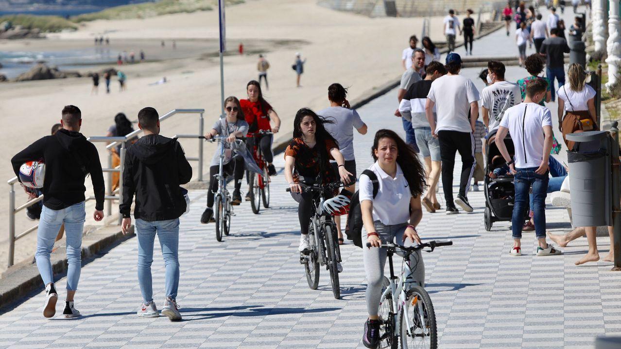 El paseo de Samil (Vigo), esta tarde, plagado de gente haciendo deporte y pasenado