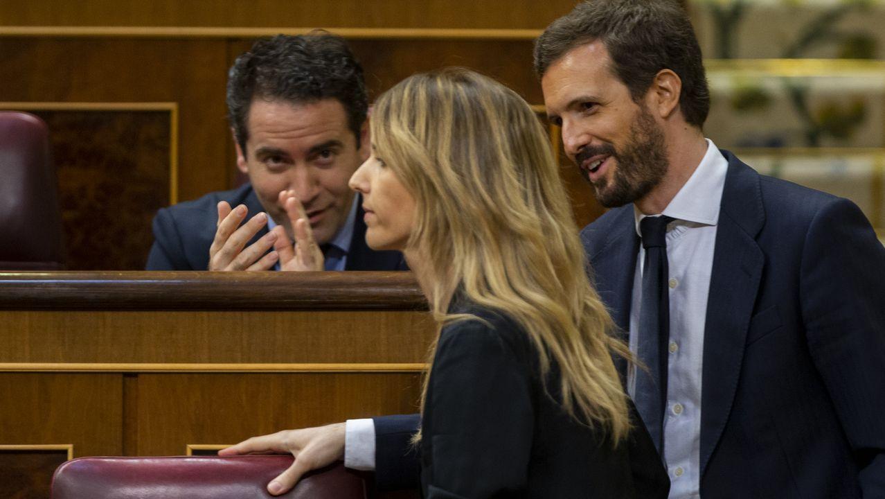 García Egea aplaude ante la llegada al escaño de Álvarez Toledo, tras su intervención en la sesión del control al Gobierno