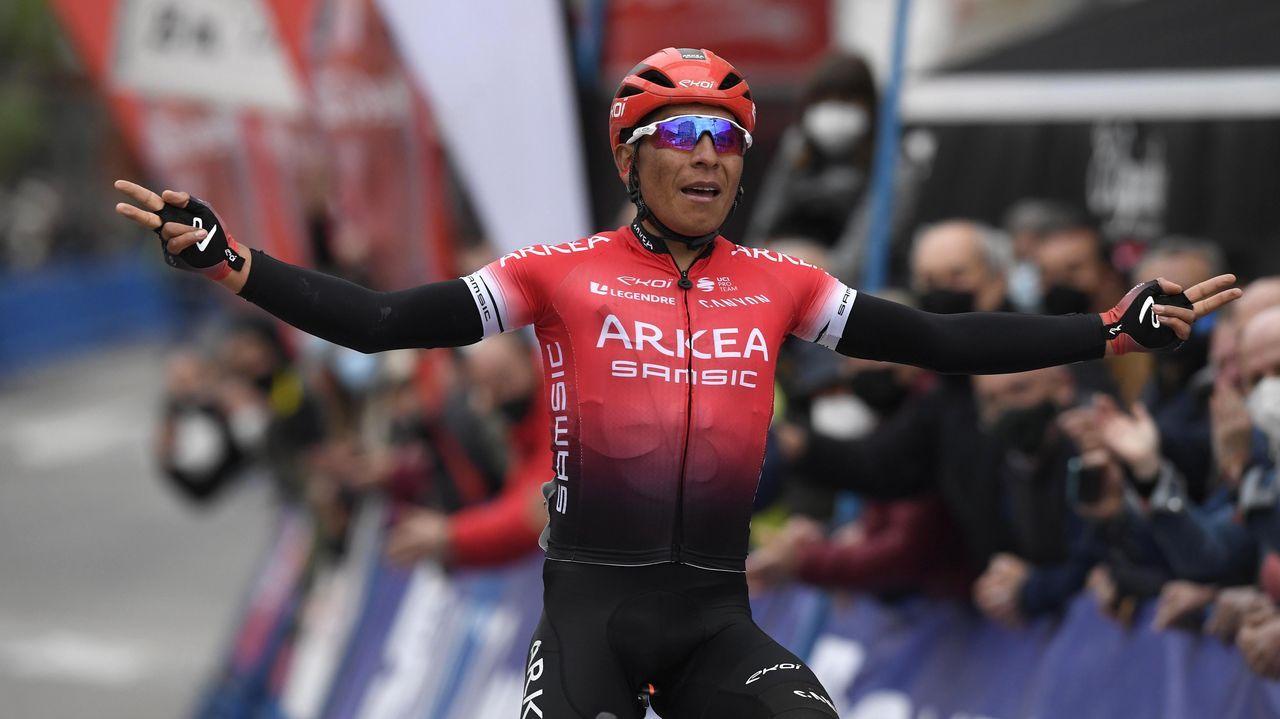 El colombiano Nairo Quintana celebra tras imponerse en la primera etapa de la 63ª Vuelta a Asturias