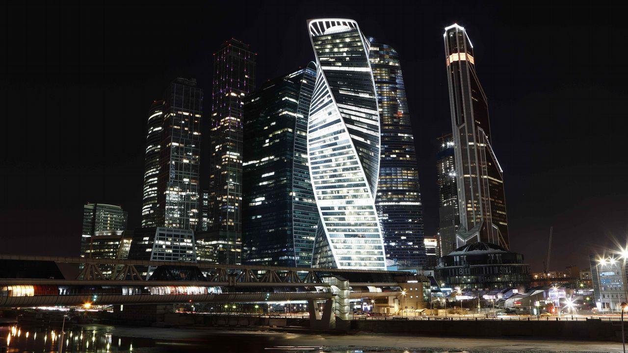 Vista del Centro Internacional de Negocios de Moscú momentos antes del apagado de las luces