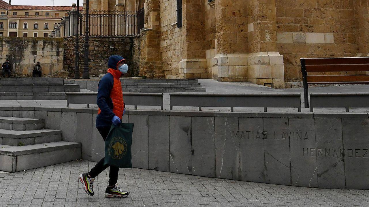 hoteles, maletas, turistas, Asturias.Un peatón con mascarilla camina por los alrededores la catedral de León.