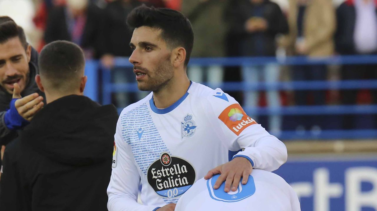 Las imágenes de un nuevo desastre del Deportivo en Extremadura.Peru pugna en el partido del pasado sábado ante de una grada semivacía