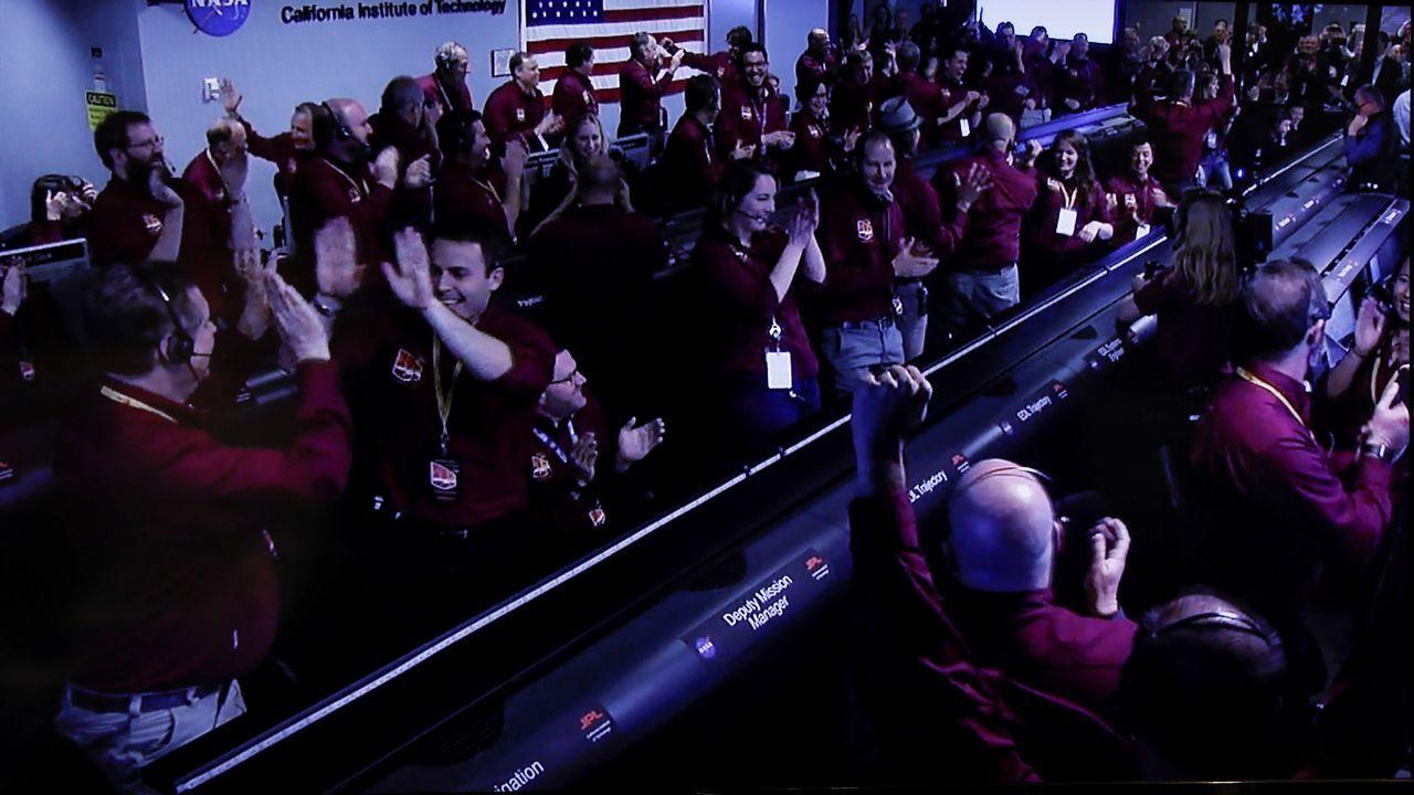 Aplausos, gritos y abrazos de alegría en el Laboratorio de Propulsión a Chorro de la NASA tras el amartizaje de la InSight en Marte