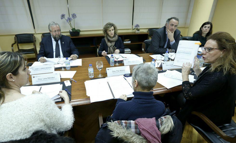 La secretaria, Lourdes Pardo, mostrando la documentación a Sol Vázquez.