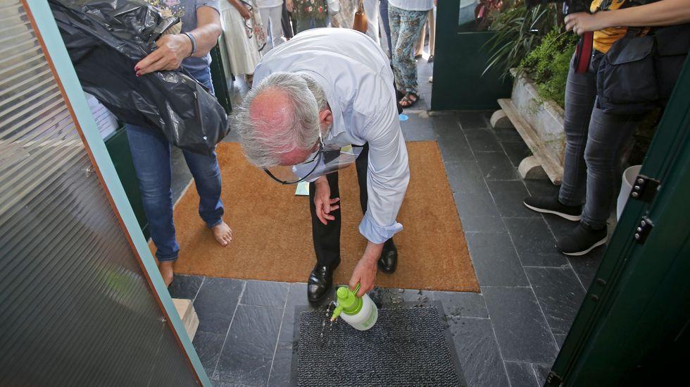 Nuevo protocolo para la recepción de peregrinos en los albergues del Camino de Santiago. Se desinfecta el felpudo de la entrada para que lo pise el peregrino
