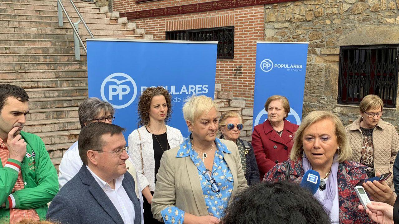 Mercedes Fernández atiende a los medios durante la presentación del PP de Langreo