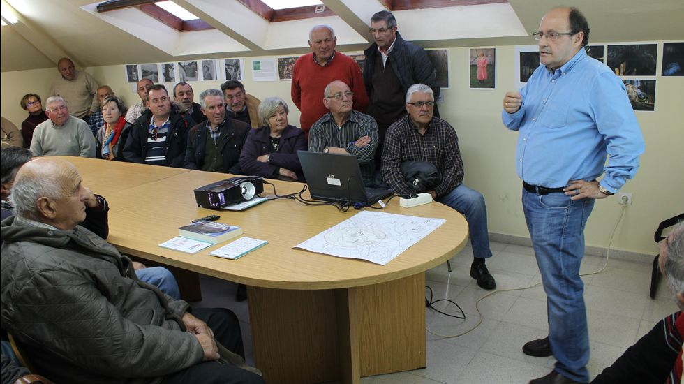 Máximo Braña informa sobre la polilla guatemalteca a los vecinos de Montiana