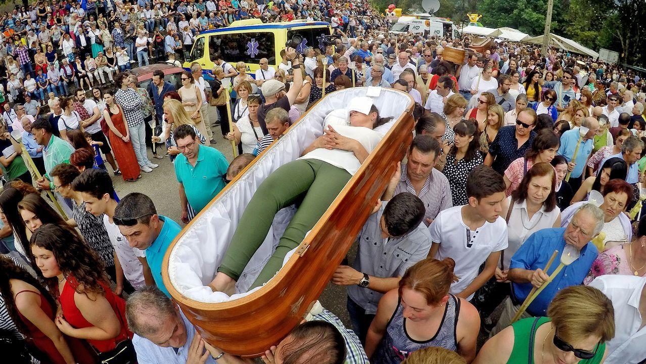 Así se vivió la «romería de los muertos» de Santa Marta de Ribarteme.Desfile de ocho ataúdes en la «romería de los muertos» de Santa Marta de Ribarteme