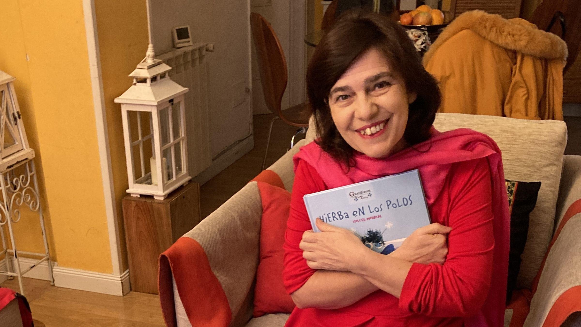 Violeta Monreal con su nuevo libro «Hierba en los polos»