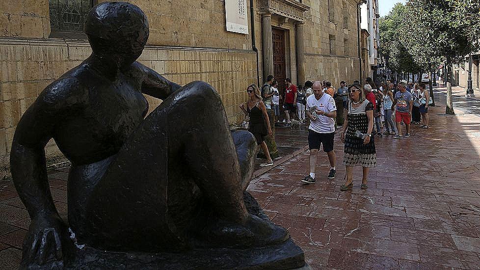 Abuelo, mano, anciano.Turistas en la calle San Francisco de Oviedo