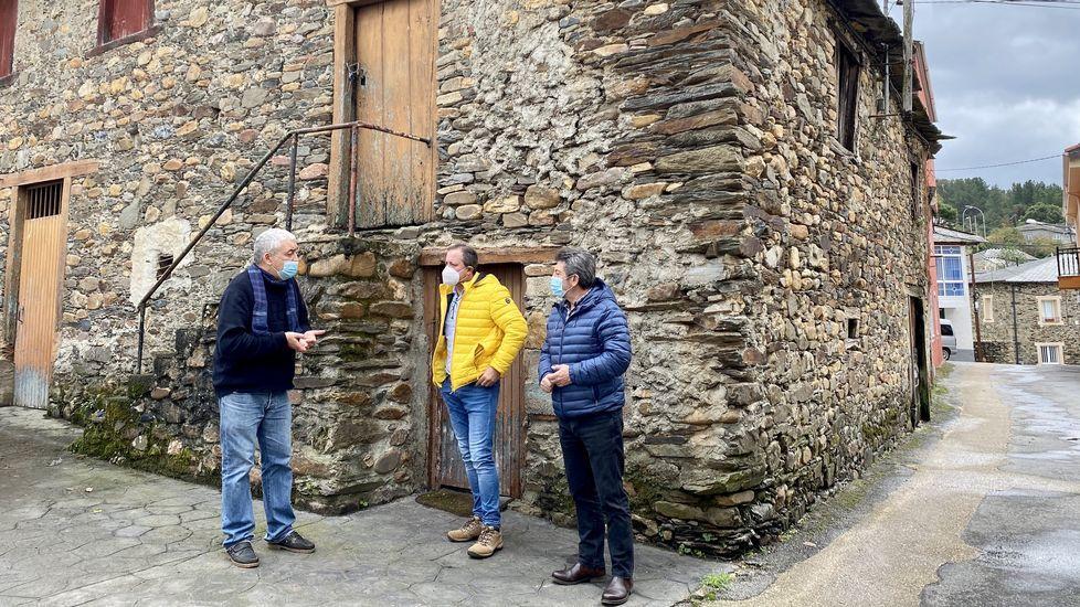 El alcalde de A Pobra do Brollón, en el medio, con mascarilla en una reciente visita al edificio del futuro albergue para peregrinos