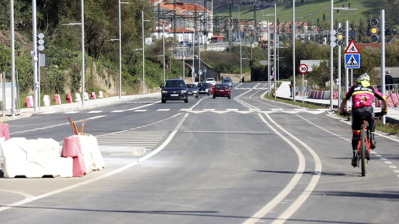 Aglomeración tren en Asturias.La calle Clara Campoamor reabrió al tráfico con aceras a ambos lados y carril bici