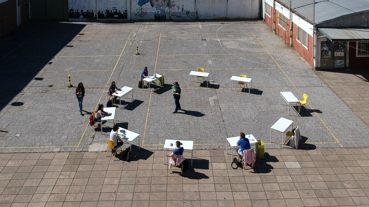 Un grupo de jóvenes participa en actividades para recuperar el contacto en un centro de Buenos Aires a finales de octubre