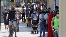Decenas de personas pasean por una calle de Ceuta, que sufre un rebrote