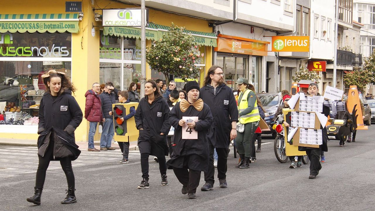 El presidente de la Diputación y la diputada de Turismo con los propietarios de la finca comprada en Antas de Ulla