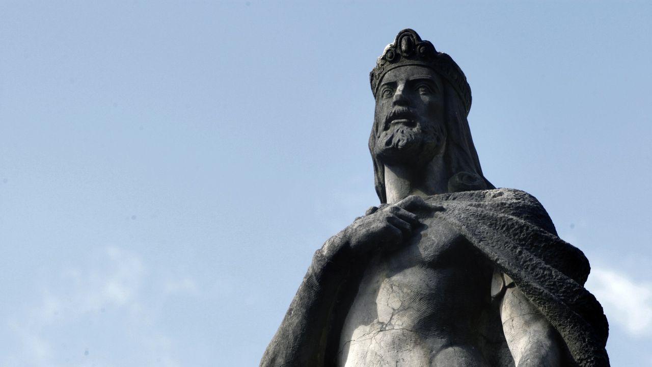 El pulpo reina en el San Froilán.Estatua de Alfonso II en Santiago.